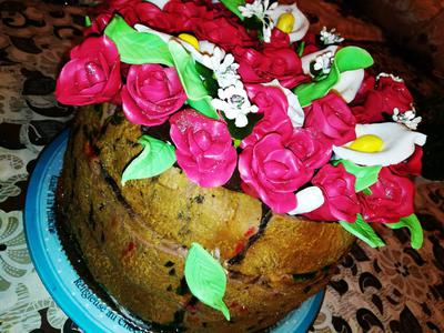 Round cake with roses decoration