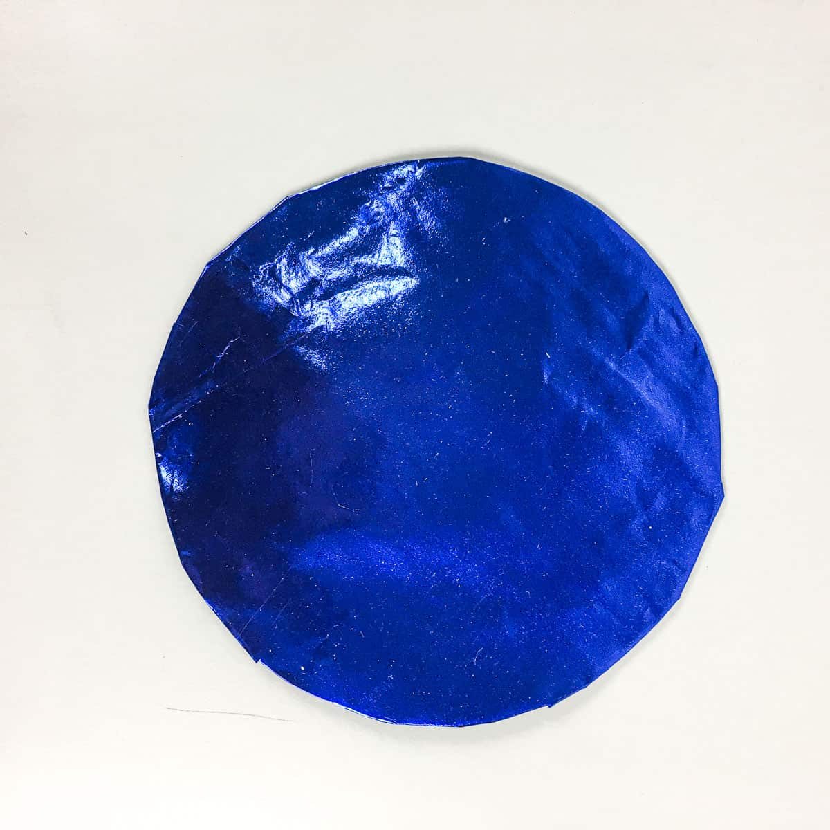 A cake board wrapped in blue paper