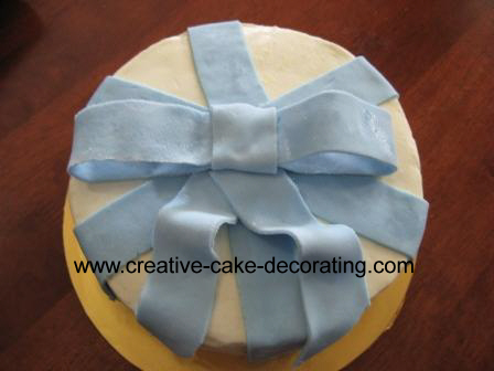 Round cake with fondant bow design