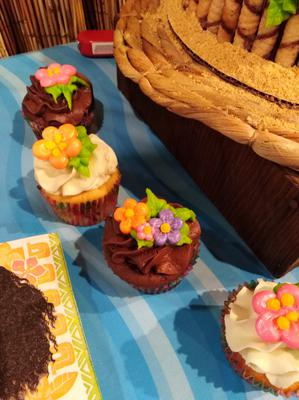 Cupcakes with floral design