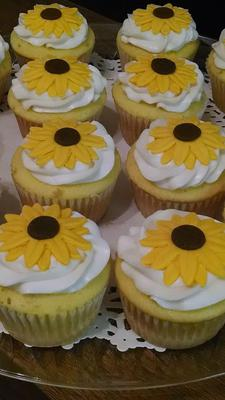 Cupcakes decorated with sunflowers