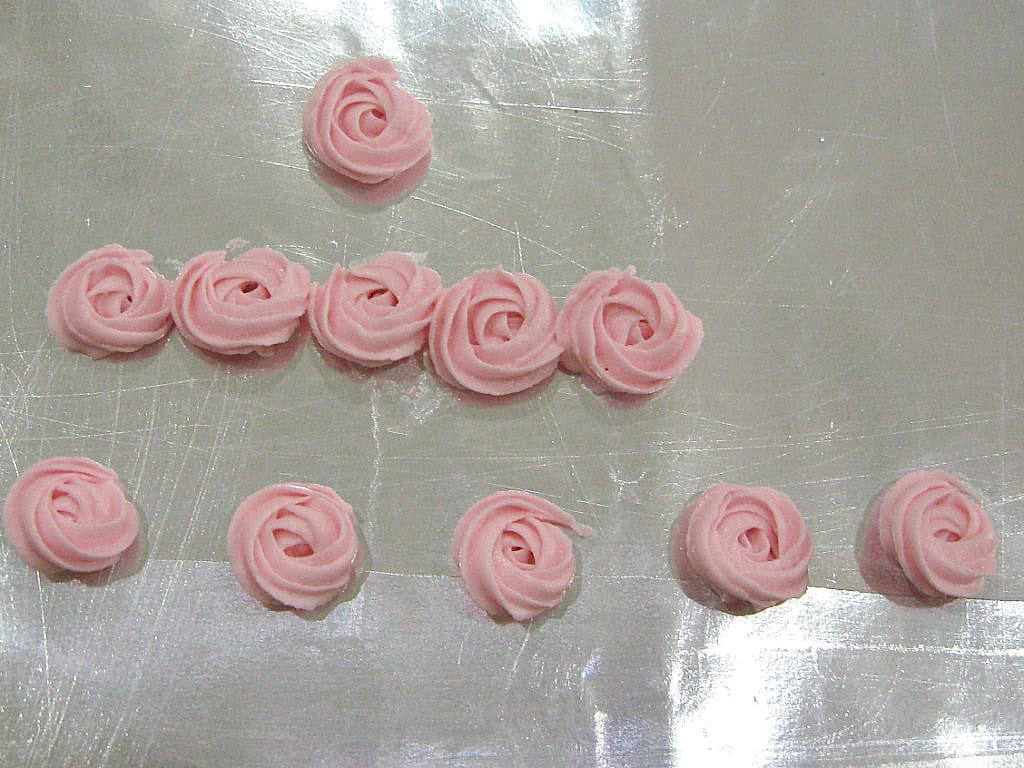 Buttercream rosettes in pink