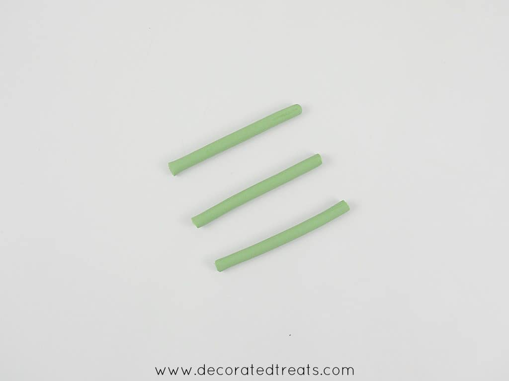 3 short strips of green fondant