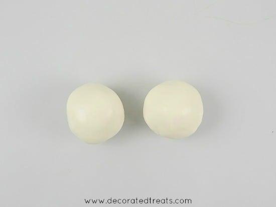 2 balls of white fondant