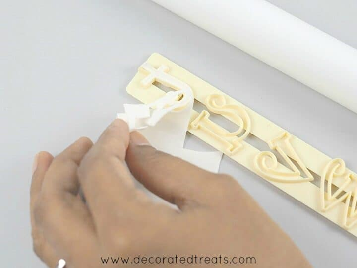 Removing gum paste from the Tappit cutter