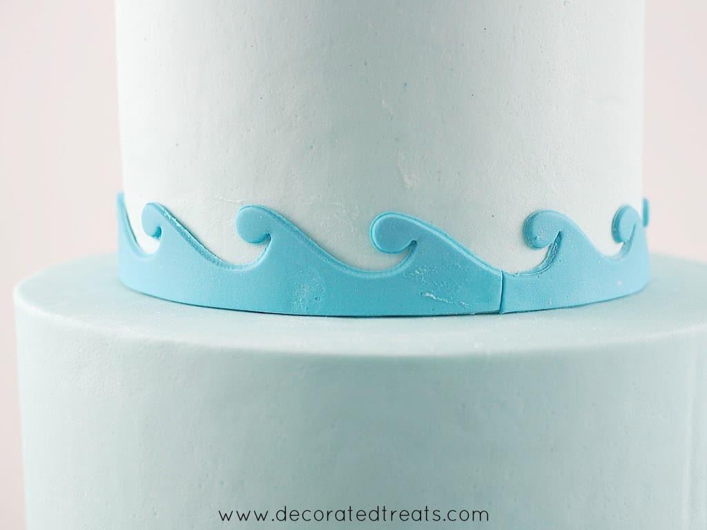 Fondant waves border on a cake