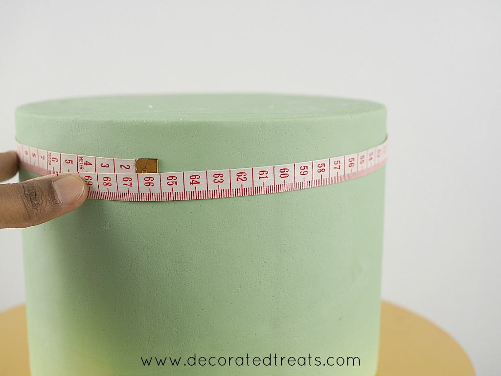 Measuring a cake diameter with a measuring tape