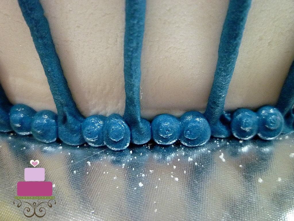 Blue bead border on a cake
