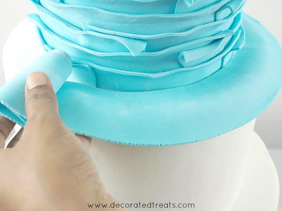 Adding a fondant strip to a cake