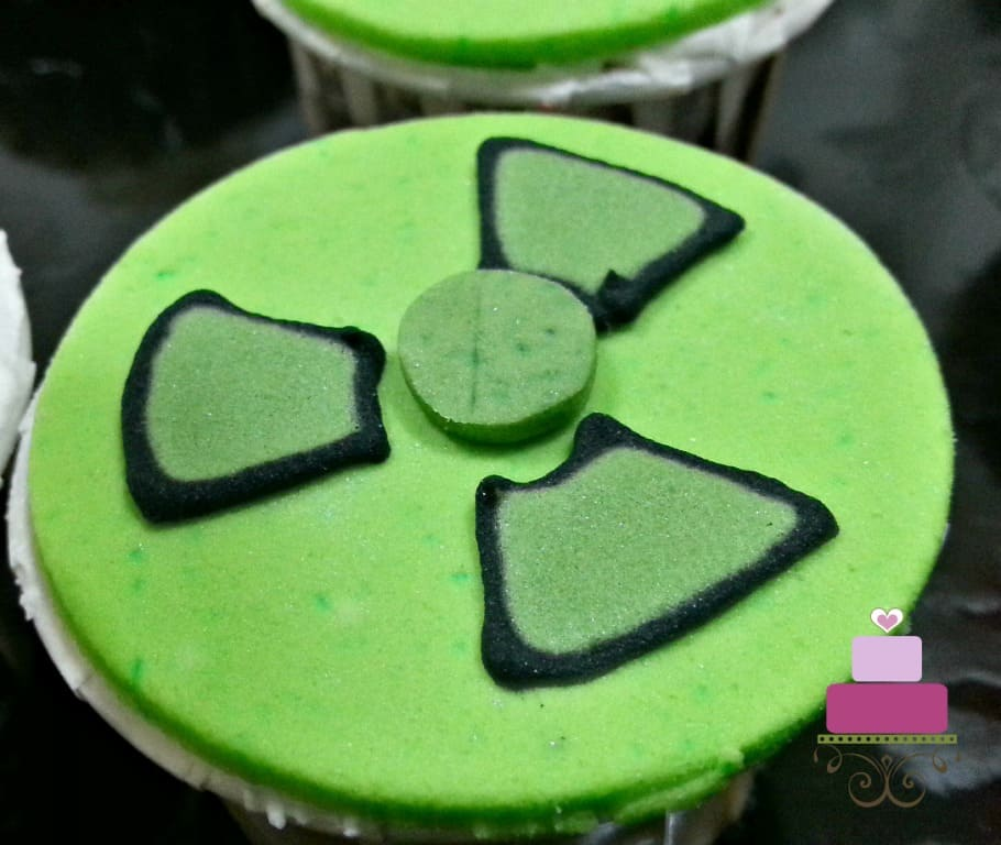 Cupcake with green radioactive logo for Hulk