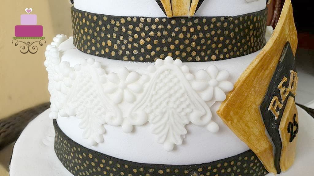 Fondant lace deco on the sides of a cake