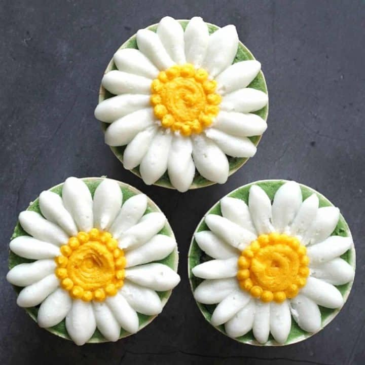 3 daisy cupcakes