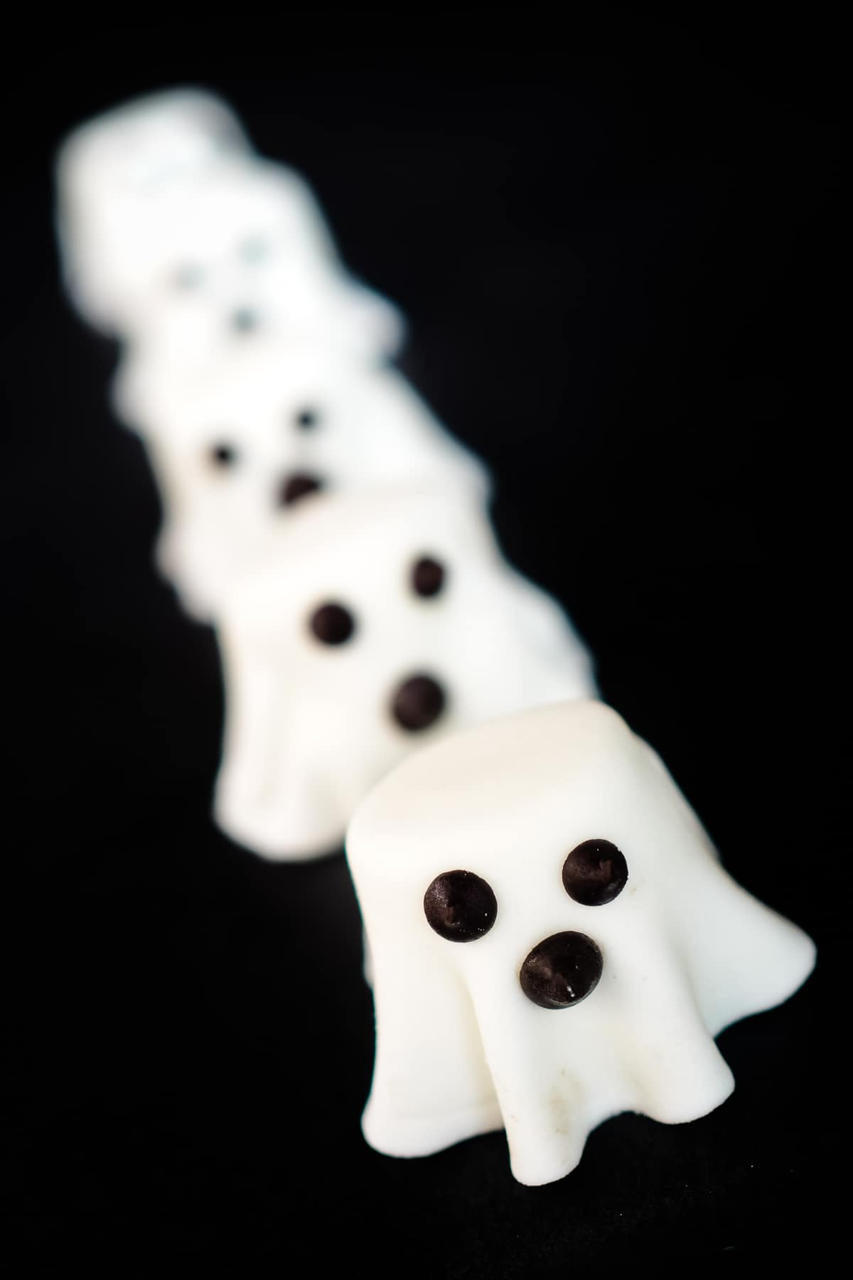 Marshmallow ghosts made of fondant and marshmallow and chocolate chips